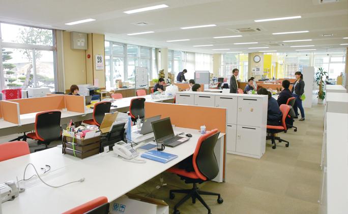 フリーアドレス制を取り入れている社内。総務・経理部門を除き、社員は日々好きな場所で仕事をすることができる。