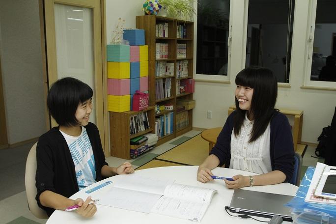 時々笑いも起きる、和やかな授業風景。講師は生徒一人ひとりに向き合って、一緒に答えを導き出していく。勉強だけでなく、進路の相談にも乗っている。