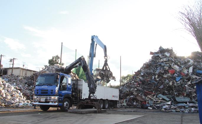 西帯広にある帯広本社のヤード。トラックが次々と資源物を運んでくる。