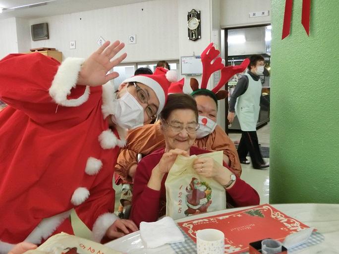 クリスマス会の様子。サンタとトナカイに扮したスタッフが、利用者にプレゼントを配って回る。
