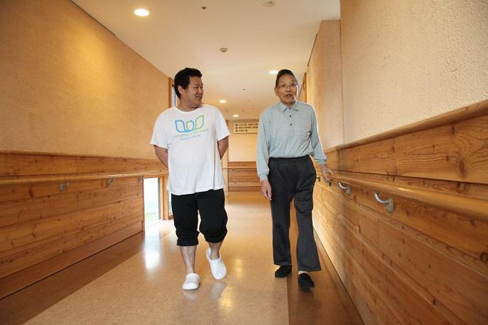 利用者の人たちと会話するのが何よりも楽しいと、木村さんは言う。担当外のユニットにも遊びに行くなど、利用者とのふれ合いを心から楽しんでいる。