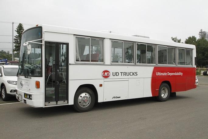 研修をするための場所を持たない顧客へ向けて「研修カー」を無料で貸し出している。一見普通のバスに見えるが車内にはプロジェクターも用意されており、本物の研修室さながら。