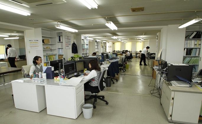 広々としたオフィスには、集中して設計作業に向かう社員の姿が。年に1度技術報告会が開かれるなど、社員同士の情報交換も盛んに行われている。