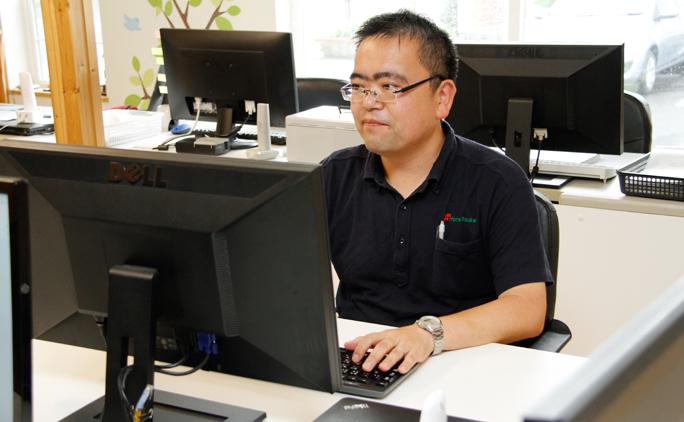 神奈川県出身のシステムエンジニア主任、五十嵐豊さん。不動産の担当、営業なども行っている。
