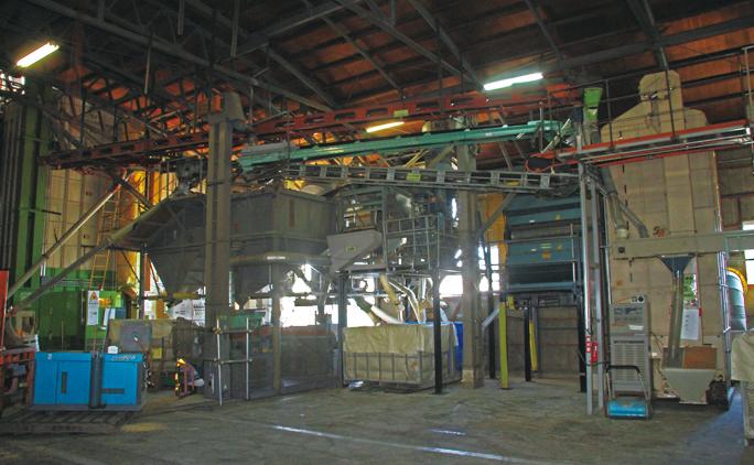 小麦の乾燥から調整まで行える農家はほとんどない。写真に写っている小麦の調整機械は、中古品などを組み合わせて社員みんなで作り上げた。