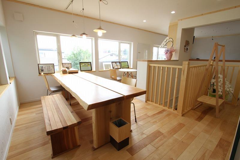 石塚建設は2015年に事務所を移転。明るく開放的な空間のなか打ち合わせなどができるように。
