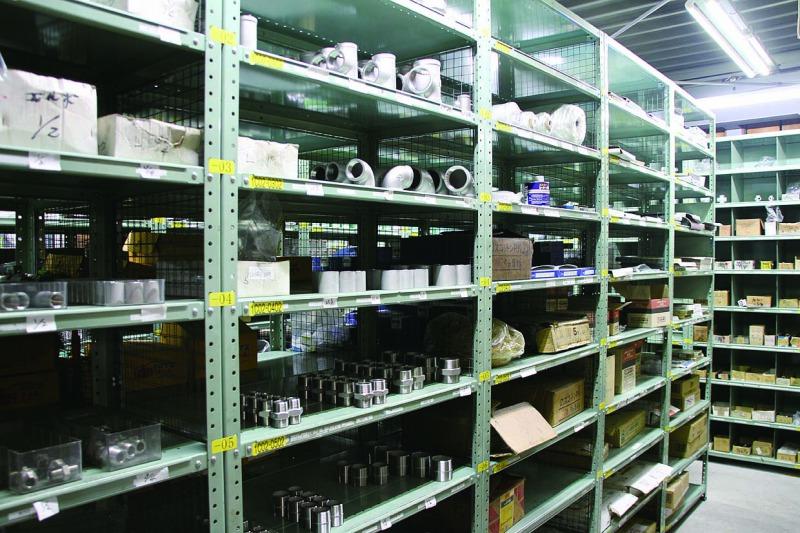 倉庫にはさまざまな大きさのネジやボルト、伝導用部品を在庫している。