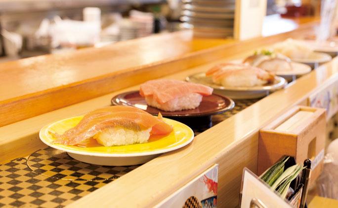 なごやか亭は北海道15店、本州2店を構えるグルメ回転寿司チェーン。スタッフの活気あふれる掛け声が印象的だ。「なごやか亭に来ると楽しくなる、そんなお店づくりを心がけています。お客様に喜んでいただくためには、まず自分たちが楽しんで仕事ができる環境が必要です」と帯広支社長の加藤さんは言う。