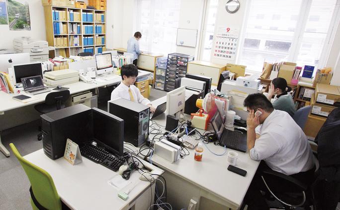 ワンフロアの中に2社が同居する形。手前がワン・エックス、奥がヒット。業務上の理由で席が分かれているが、お互いに相談や雑談をしながらのなごやかな職場だ。