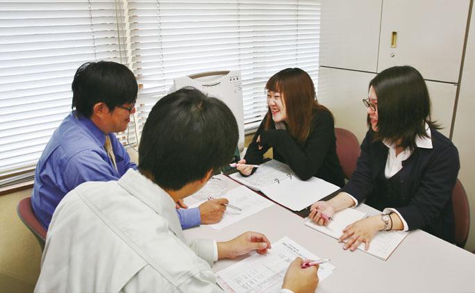 業務を滞りなく進めるため、部署ごとに会議を開いて意思疎通を図る。さらに月に1度、管理職の社員が集う「本部会議」も実施。