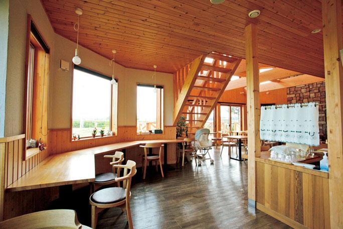 開放的な店内からは、中札内の畑作風景が見渡せます。冬は一面銀世界に。