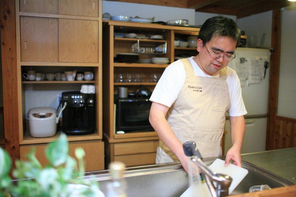 皿洗いをする主夫時代の五十嵐さん。